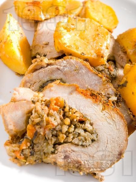 Печена пълнена свинска плешка с плънка от гъби, моркови, чушки, мед и подправки на фурна под фолио - снимка на рецептата